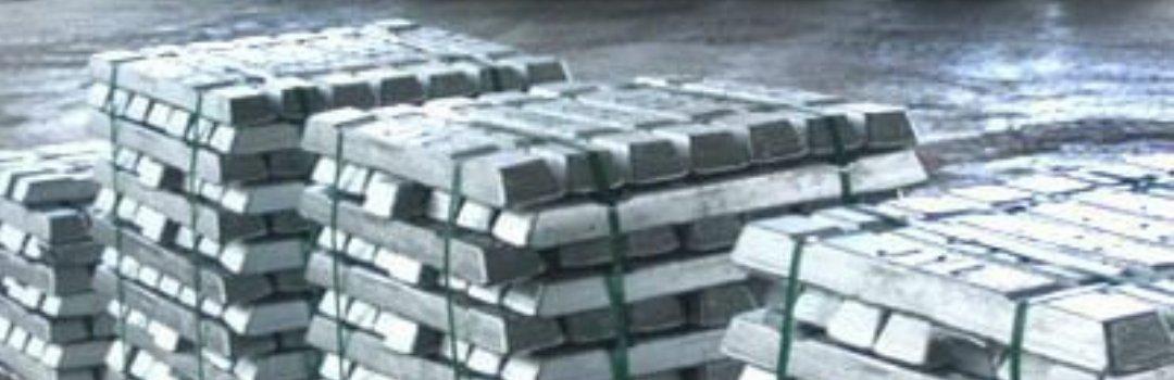 Алюминиевые чушки на складе сырья и материалов